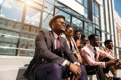 Zrelaksowani eleganccy ludzie z optymistycznie twarzami obrazy royalty free