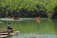 Zrelaksowani ludzie w bambusowym lesie Obraz Royalty Free
