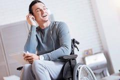 Zrelaksowani niepełnosprawni mężczyzna przymknięcia oczy Obraz Stock