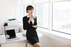 Zrelaksowany bizneswoman pije kawę Obrazy Royalty Free