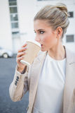 Zrelaksowany elegancki bizneswoman pije kawę Zdjęcia Royalty Free
