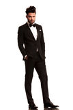 Zrelaksowany elegancki mężczyzna w smokingu Zdjęcia Royalty Free
