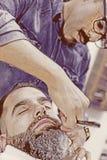 Zrelaksowany klient na fryzjera męskiego sklepie fotografia royalty free