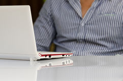 Zrelaksowany mężczyzna z laptopem Fotografia Royalty Free