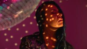 Zrelaksowany młoda kobieta taniec przy dyskoteki przyjęciem, cieszy się świetlicową atmosferę, uwiedzenie zbiory