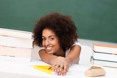 Zrelaksowany młody amerykanina afrykańskiego pochodzenia uczeń Zdjęcia Royalty Free