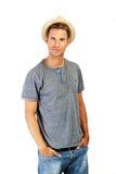 Zrelaksowany młody przypadkowy mężczyzna z kapeluszem Zdjęcie Royalty Free