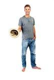 Zrelaksowany młody przypadkowy mężczyzna z kapeluszem Zdjęcie Stock