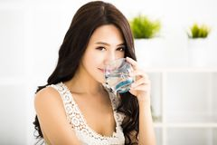 Zrelaksowany młody uśmiechnięty kobiety pić zdjęcie royalty free