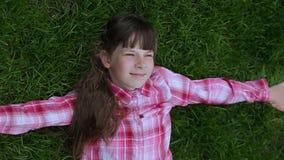 Zrelaksowany nastoletniej dziewczyny lying on the beach w trawie styl ?ycia, wakacje i ludzie poj??, zbiory wideo