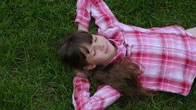 Zrelaksowany nastoletniej dziewczyny lying on the beach w trawie styl ?ycia, wakacje i ludzie poj??, zbiory