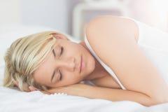 Zrelaksowany piękny kobiety dosypianie w łóżku Obrazy Stock