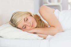 Zrelaksowany piękny kobiety dosypianie w łóżku Zdjęcie Stock