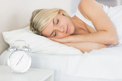 Zrelaksowany piękny kobiety dosypianie w łóżku Zdjęcie Royalty Free