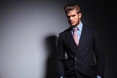 Zrelaksowany potomstwo mody mężczyzna w kostiumu i krawacie Obraz Stock