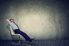 Zrelaksowany pracownika obsiadanie na krześle obraz royalty free