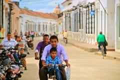 Zrelaksowany ruch drogowy w kolonialnym Mompox, Kolumbia Zdjęcia Royalty Free