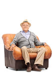 Zrelaksowany starszy dżentelmenu obsiadanie w karle Obraz Royalty Free