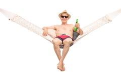 Zrelaksowany starszy lying on the beach w hamaku Zdjęcia Royalty Free