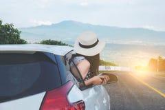 Zrelaksowany szczęśliwy podróżnik, Młody piękny azjatykci gilr jest ubranym biel zdjęcia royalty free
