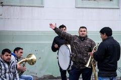 ZRENJANIN, SERBIA - 28 DE FEBRERO DE 2015: Banda de la música de Roma que ensaya antes de un funcionamiento de la boda Imagen de archivo libre de regalías