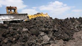 Zrenjanin, Vojvodina, Σερβία - 28 Μαΐου 2015: Βαρύ earthmover, μηχανή εκσακαφέων ισοπεδώνει το εργοτάξιο οικοδομής φιλμ μικρού μήκους