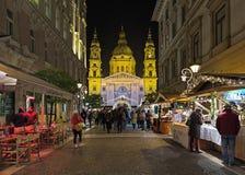 Zrinyi圣斯蒂芬与圣诞节市场的` s大教堂街道和看法在布达佩斯,匈牙利 免版税库存图片
