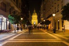 Zrinyi街道和圣斯蒂芬斯大教堂在布达佩斯 免版税库存图片