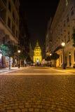 Zrinyi街道和圣斯蒂芬斯大教堂在布达佩斯 库存照片