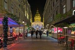 Zrinyistraat en St Stephen ` s Basiliek in Boedapest, Hongarije stock foto's