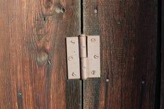 Zrudziała pętla na starych suchych drewnianych drzwiach Obrazy Royalty Free