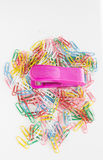 Zszywacz vs papierowe klamerki Fotografia Royalty Free