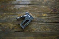 Zszywka pistolet na drewnianej powierzchni Obraz Royalty Free