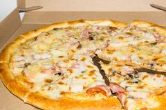 Zu bestellen Pizza Pizza geliefert in einen Koronakasten Frische Pizza gerade aus dem Ofen heraus stockbild