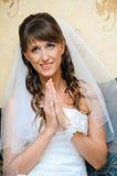 Zu Braut in einem weißen Hochzeitskleid beten Lizenzfreie Stockfotografie
