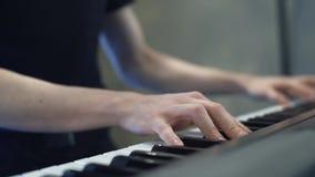 Zu das Klavier spielen, Hände, die das Klavier spielen stock footage