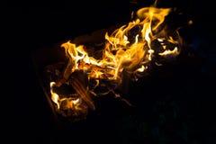 Zu die Grillnacht für das Grillen der Aufsteckspindeln anzünden stockfoto