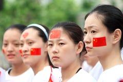 Zu die olympische Fackel überwachen, Mädchen weiterzugeben Lizenzfreie Stockbilder