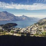 Zu einem Ausblick über Queenstown wandern, Neuseeland lizenzfreie stockbilder