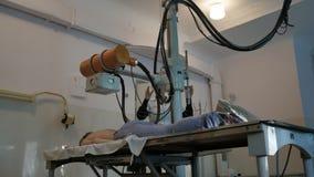 Zu einen Röntgenstrahl machen eine sehr alte RaritätsRöntgenmaschine stock footage