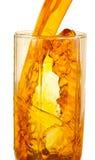 Zu frischen Saft in einem Glas gießen Stockfotos