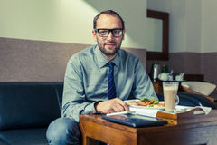 Zu Hause des Geschäftsmannessenfrühstücks/Hotel Innenfoto Stockfotos