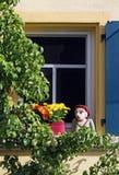 Zu Hause Fenster mit blauem Fensterladen und nette Dekoration Stockbild