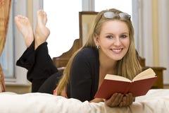 Zu Hause lesen Stockbild