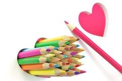 Zu küssen Mann und Frau ungefähr Farbbleistifte, zwei Liebes-Herz, weißer Hintergrund Stockfotografie