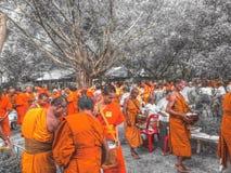 zu Lebensmittel den Mönchen anbieten Stockbild