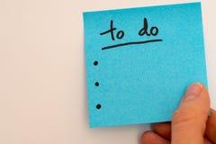 Zu Liste für das neue Jahr im Blau mit einer Hand tun Stockfotos