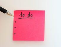Zu Liste für das neue Jahr im Rosa mit einem Stift tun Stockfoto