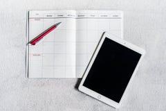 Zu Liste für Geschäftsmann im Notizbuch mit ipad auf grauem backgro tun Stockbild