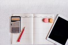Zu Liste für Geschäftsmann im Notizbuch mit ipad und Taschenrechner tun Lizenzfreie Stockfotografie